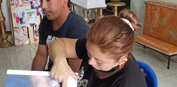 Jéssica muestra los moretones que tenía su sobrina en el cuerpo.