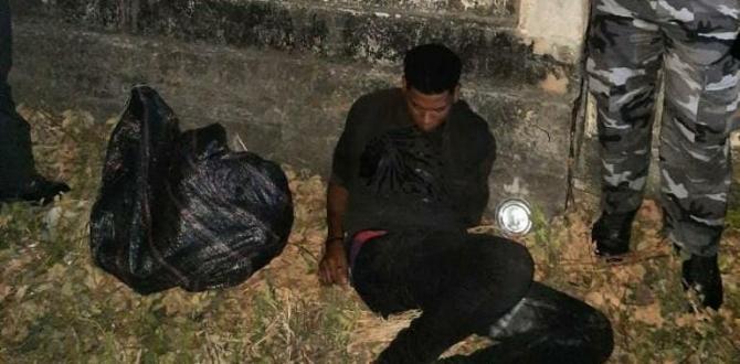 El sospechoso junto al saco de yute que se habría encontrado en su poder.