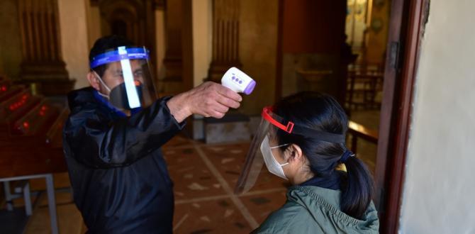 Un encargado toma la temperatura de los fieles antes de entrar a las iglesias.