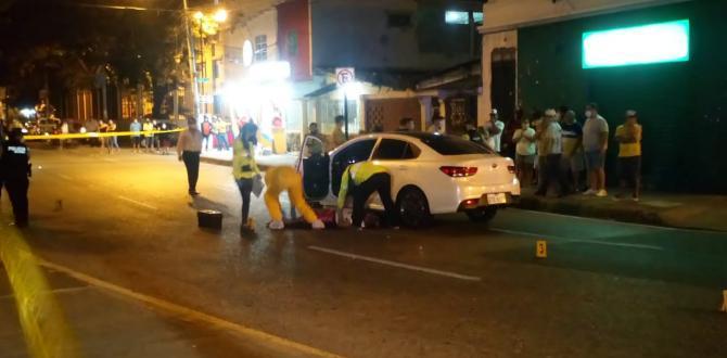 La víctima viajaba en un auto blanco. Policía acordonó la escena.