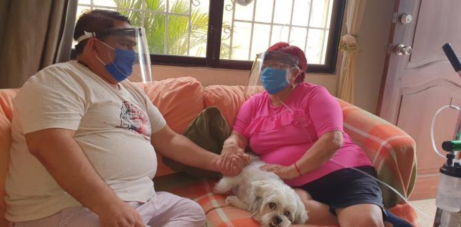 Iván Cortes cuida de su madre, Mariana Rocío Soria. Ella permanece conectada a un tanque de oxigeno.