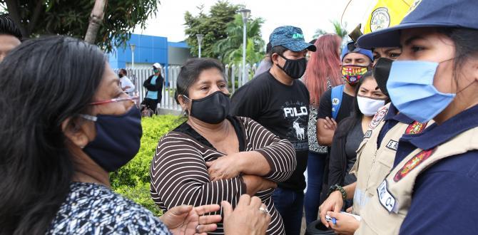 Las hermanas Carmen y María Ramírez Tomalá acudieron al Laboratorio de Criminalística para retirar el cuerpo de su mamá.