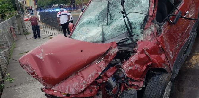 La parte delante del vehículo quedó destrozada.