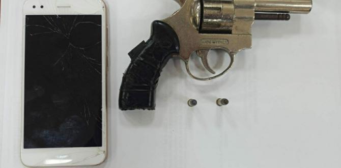 El arma de fuego y el celular que fue hallado en poder de los detenidos.