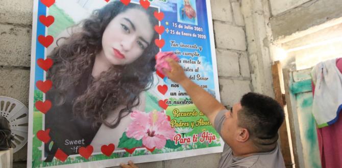 Un cartel con la foto de Noelia reposa en la sala de la familia  Vargas.