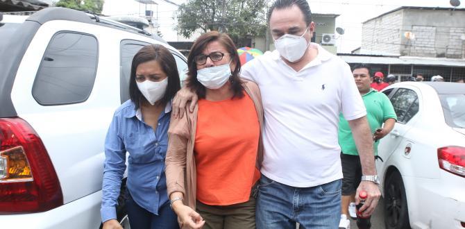 La mamá (centro) y tío de Daniel Salcedo estuvieron presentes durante su traslado.
