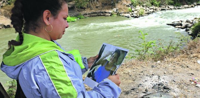 Laura Tigua sostiene la foto de Kimberly, su hija de 14 años.