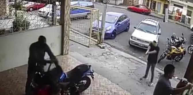 Uno de los delincuente toma la mochila donde uno de los perjudicados guardaba una lapto.