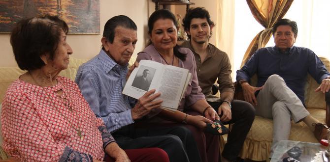 El longevo sostiene el libro que contiene la historia de sus ancestros. Junto a él, su esposa Sara Elena, dos de sus hijos, Sara María y Francisco Javier, y su bisnieto.