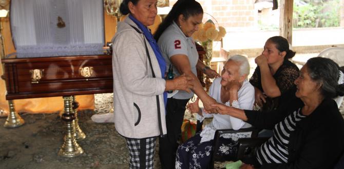 Leticia Abad (blusa blanca) no puede contener el llanto al ver a uno de sus nietos muerto.