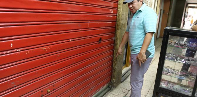 Justo Pionce mostró la puerta por donde ingresaron los pillos. Dañaron los candados y rompieron el vidrio..