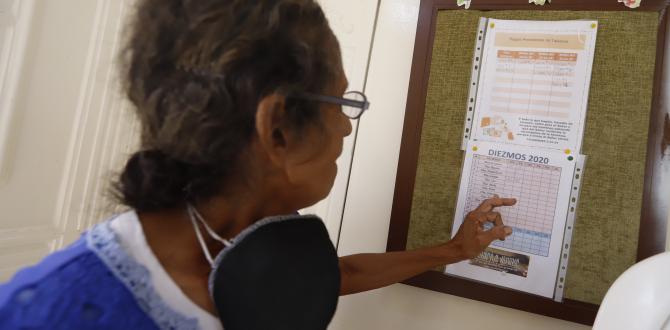 En la pared de ingreso al templo está pegada la lista de las personas que debían dar los diezmos.