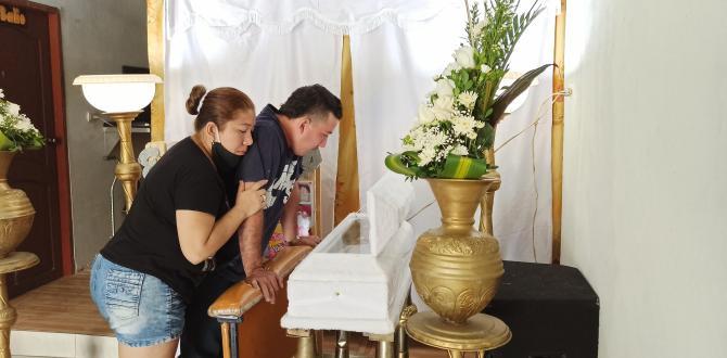 Miguel y Jéssica contemplan el ataúd donde reposan los restos de su ser querido.