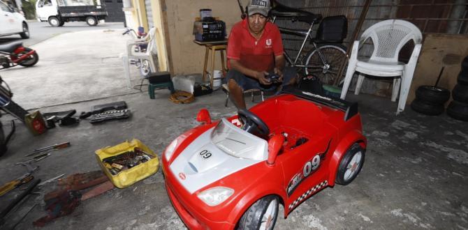 Repara los coches infantiles en el portal de su vivienda, en el suburbio de Guayaquil. También arregla motos lineales.
