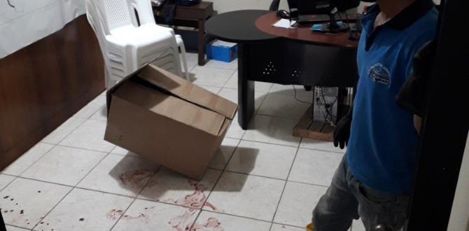Manchas de sangre quedaron en el piso de la oficina donde laboraba Silvia Macías, como recaudadora.