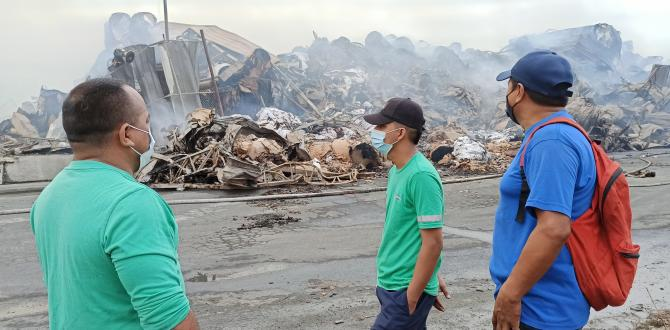 Rogger Suárez, Nelson Mora y Arom Ubilla observan cómo quedó la empresa donde trabajan.