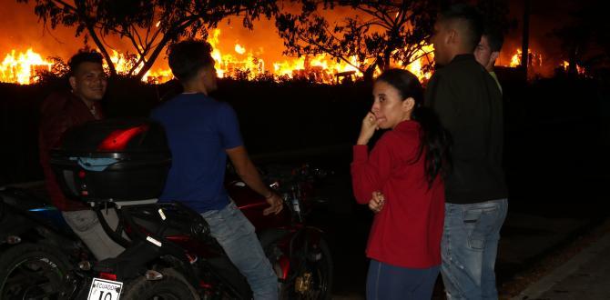 Los asustados habitantes de Brisas de Santay salieron de sus casas para observar las llamas que consumía las bobinas de papel.