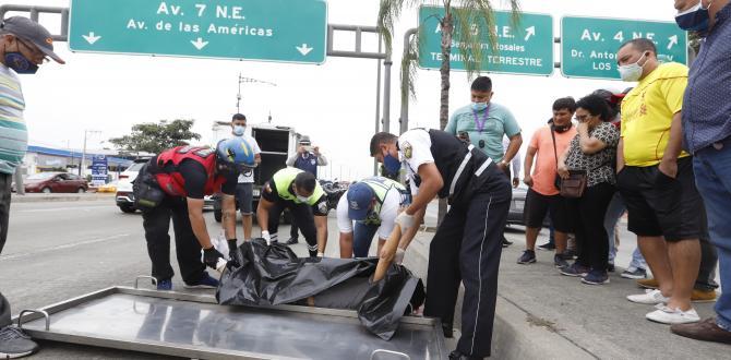 El taxista Freddy Larriva (camiseta de rayas) observó el momento en que el octogenario fue atropellado.