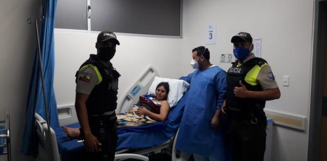 La feliz madre y su bebito recibieron la visita de los agentes que la ayudaron a trasladaron..