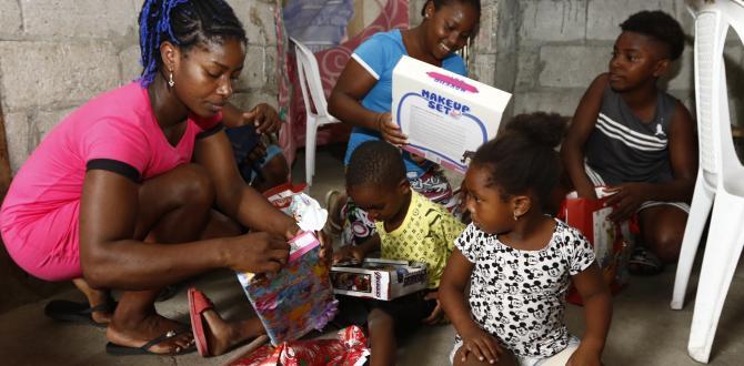 Los niños se sentaron en el piso para abrir los obsequios. Su progenitora los ayudó a romper el papel de regalo.