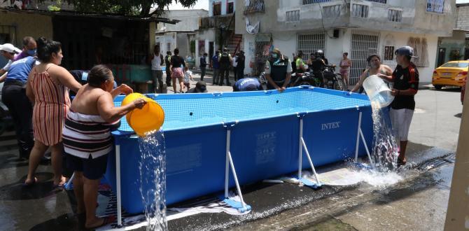 Moradores ayudaban a sacar el agua con tachos y baldes.