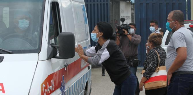 En las ambulancias que salían del recinto carcelario buscaban información.