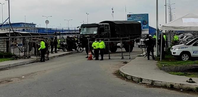 El contingente policial y militar se afincó en las afueras del CRS de Latacunga.