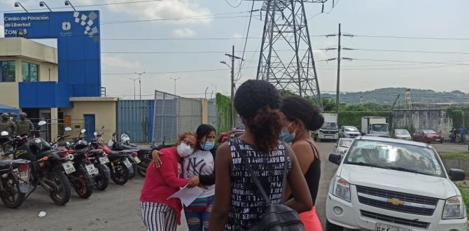 Los familiares de los reos llegaron a la cárcel de Guayaquil para tener información de sus parientes.