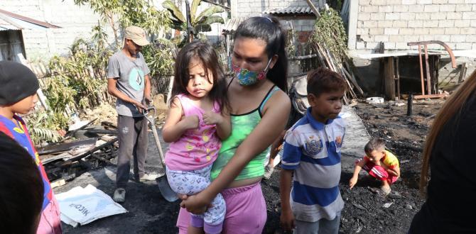 Evelyn Izaza recuerda los momentos de angustia y los gritos de sus familiares, quienes estaban atrapados dentro del inmueble.