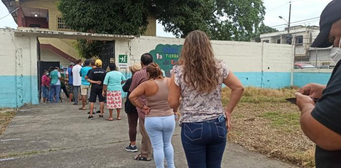 Largas colas en las afueras de los recintos electorales.
