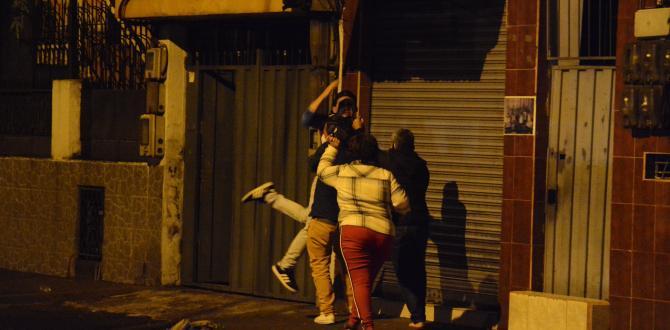 Los familiares de un revoltoso lo llevaban cargado para evitar que la policía lo detuviera por escándalo público, en el sur de Quito.