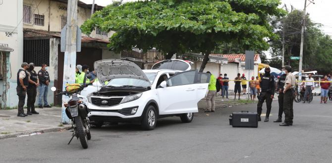 En este vehículo blanco se movilizaron los asesinos. Se hallaron armas y municiones.