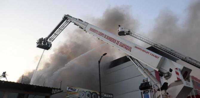 Camiones cisternas también fueron utilizados para controlar las llamas desde lo alto.