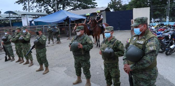 Policías y militares resguardan el Centro de Rehabilitación Social de Varones.