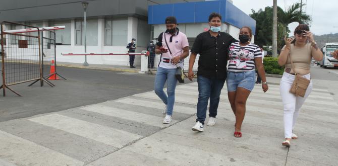 July Pazmiño (short jean) había festejado su cumpleaños con sus familiares.