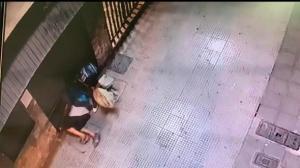 El estruche quedó registrado en cámaras de seguridad. Se observa a dos hombres entrar.