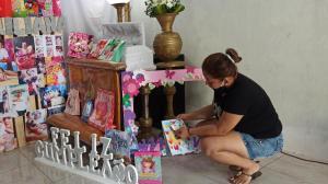 Junto al féretro se colocaron los regalos y la pancarta utilizada para celebrar el primer añito de la niña.