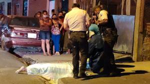 El cuerpo quedó sobre la calzada. La Policía llegó al sitio del suceso.