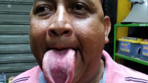 hombre lengua larga