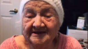 La Abuelita de TikTok haciendo sus videos para la red social.