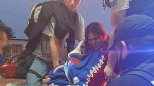 Momento en que Mayra Quizphi y su bebito eran subidos al balde de un patrullero policial.