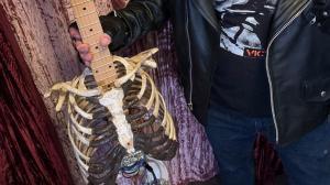 Rockero tiene una guitarra eléctrica con materiales esqueléticos.