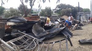 Perjudicados buscan entre los escombros alguna pertenencias que puedan rescatar.