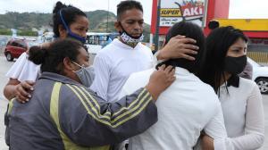 La madre de las niñas asesinadas recibe el consuelo de sus familiares.