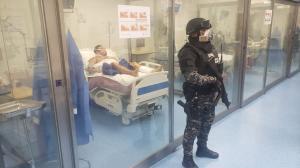 Agentes del  Grupo de Intervención y Rescate custodian la Unidad de Cuidados Intensivos.