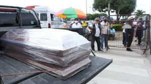 Familiares aguardaban en los exteriores de Criminalística la salida de los cuerpos de sus seres queridos. Las cajas estaban embaladas.