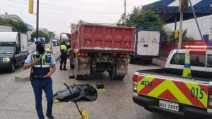 El cadáver quedó juntó a las llantas posteriores del pesado automotor.