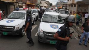 ALTERCADO ENTRE POLICÍAS METROPOLITANOS Y CIVILES A CAUSA DEL INTENTO DE DECOMISAR LA MERCADERÍA DE UN COMERCIANTE AMBULANTE