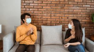 Mantener la distancia social en una reunión es primordial para no contraer el virus.