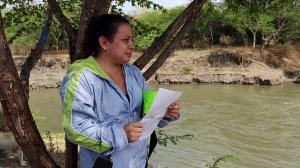 Laura Tigua, sostiene en sus manos una hoja con la foto de Kimberly, su hija de 14 años.